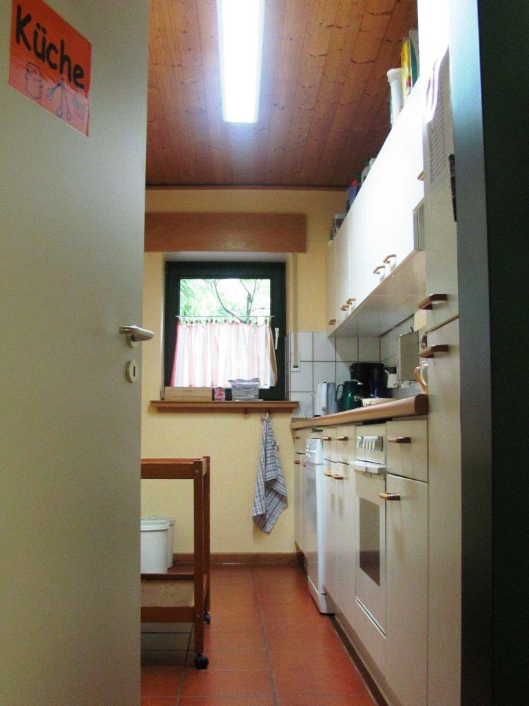 Rechts, Die Tür Steht Meistens Offen, Ist Unsere Küche. Eltern Der Kinder,  Die über Mittag Angemeldet Sind, Deponieren Im Kühlschrank Das Mittagessen  Und ...